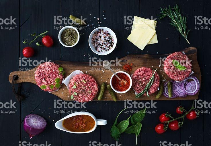 Ingredienti per cucinare hamburger. Carne di manzo crudo cotolette su terra foto stock royalty-free