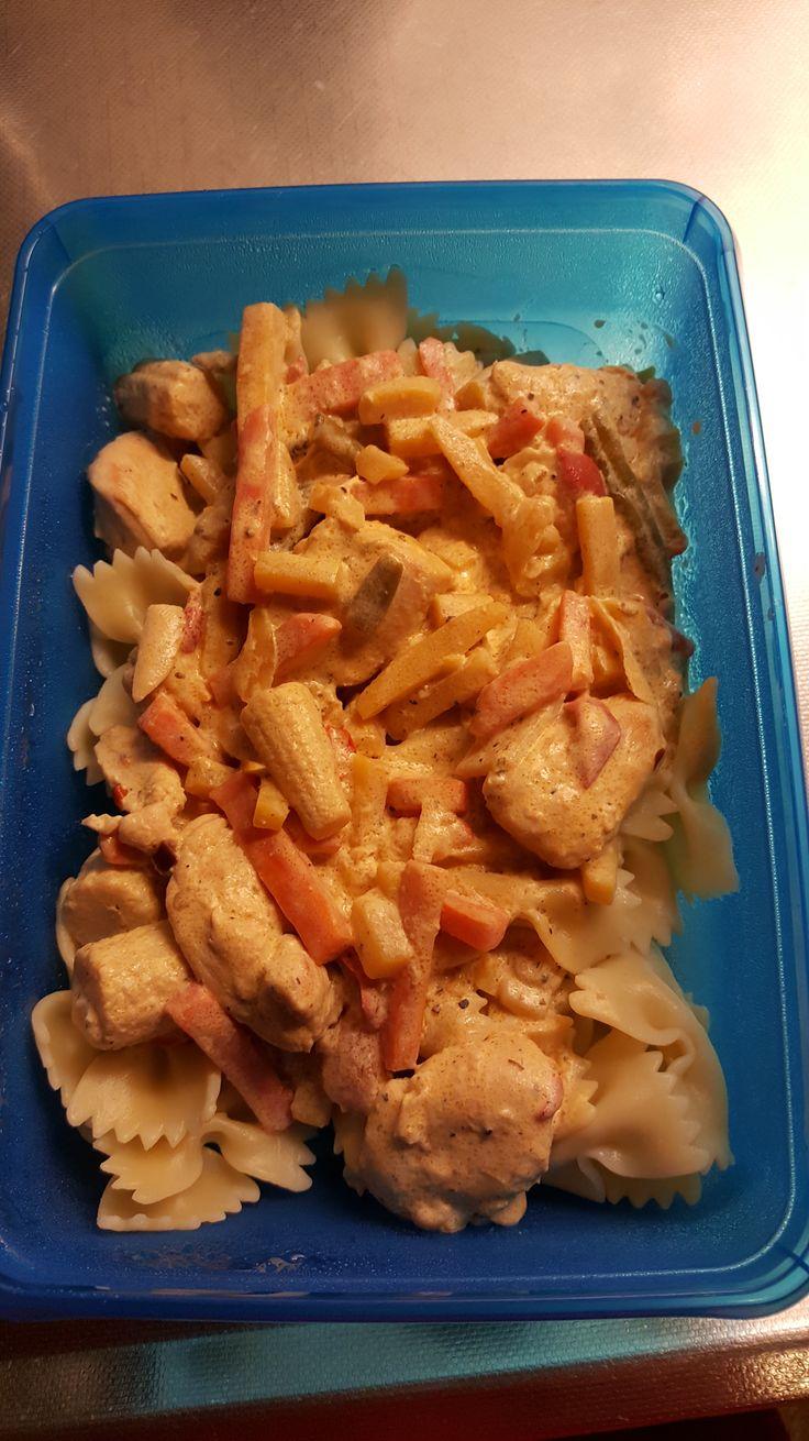 Pasta för 4 personer 350 g kycklinginnerfiléer 250 g wokgrönsaker thai 2 dl cream fraiche 1 dl vatten 2 msk färskost vitlök & örter 1/2 kyckling buljongtärning Citronpeppar Kött & grillkry…