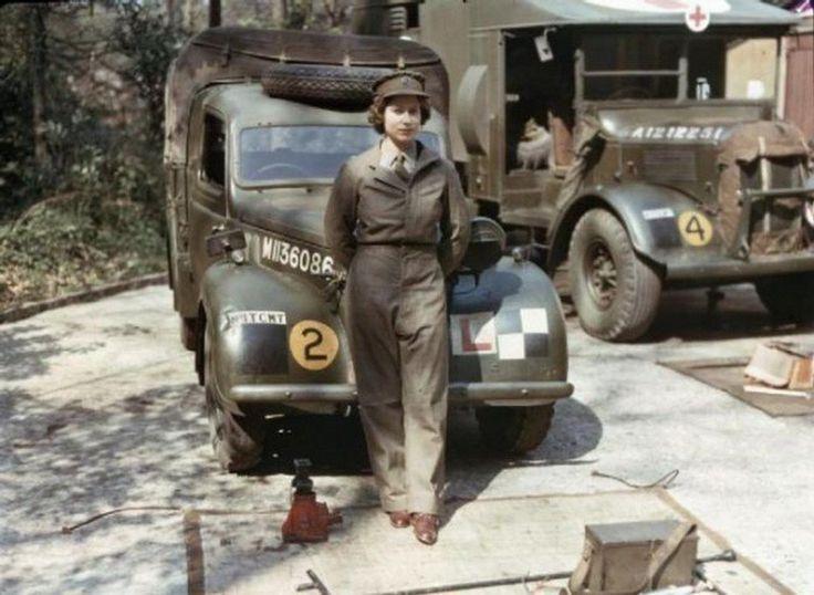 A rainha da Inglaterra, Elizabeth, durante o serviço militar na Segunda Guerra Mundial.