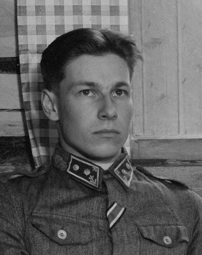 Knight of the Mannerheim Cross, lieutenant Kaarlo Heikki Nykänen . Uhtua, 12 August 1943. SA-kuva He commanded a machine gun platoon 1941-42 and was then leader of 3rd Division's long range patrol unit for most of the war. The unit's main duties were constant patrolling and hindering of all kinds of enemy activities. Once, he captured hill positions from numerically superior enemy with his 40 men. The Mannerheim Cross was awarded to him 11 days before this photo was taken.