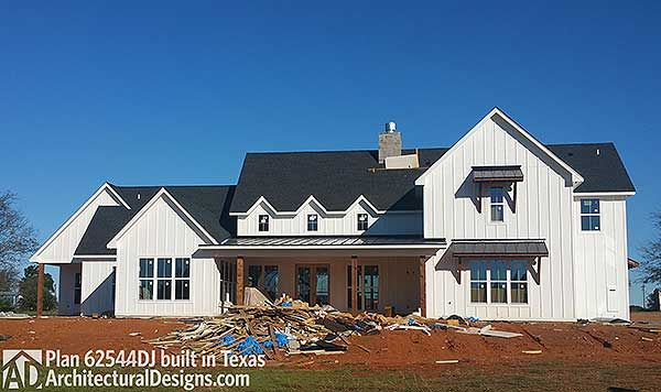 Modern 4 bedroom 3 1/2 bath farmhome- LOVE LOVE LOVE this plan- would make some minor changes but really like this one