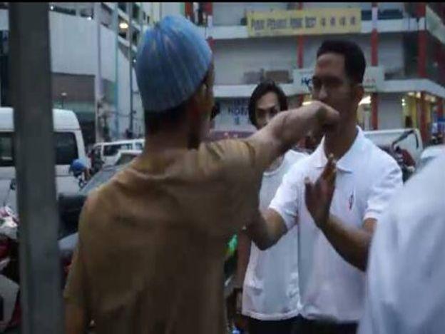 Nak bagi kurma free pun kena halang dihembur kata kesat siap hayun tangan kena muka   Kepimpinan DAP sekali lagi dihalang oleh petugas bazar Ramadan di bandar Kluang untuk meneruskan pengedaran kurma kepada pengunjung bazar itu di bahagian gerai yang menjual pakaian petang kelmarin.  Pengerusi DAP negeri Liew Chin Tong berkata beliau bersama Adun Mengkibol Tan Hong Pin serta Ketua Bahagian Parti Pribumi Bersatu Malaysia (Bersatu) Kluang Radzali Mohd Noor serta beberapa wakil parti Pakatan…