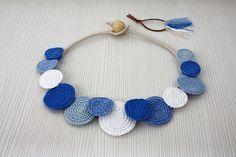 Ketting cirkels met gehaakte ketting, verklaring ketting, katoen zomer Fashion, gehaakte sieraden, witte blauwe halsketting, halsketting, halsketting van de Bib