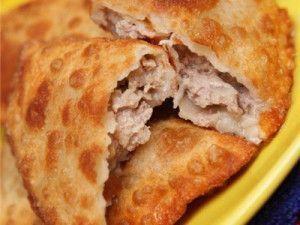 Tschebureki sind eine Art von Piroggen, deren Teig man ohne Hefe zubereitet. Als Füllung dient Hackfleisch mit viel Zwiebeln, damit der Teig von Tschebureki beim Braten nicht fest, sondern weich un…