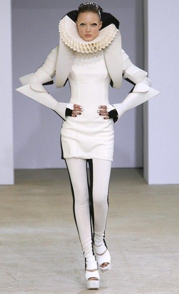 Gareth Pugh Spring 2009 Renaissance d inspiriteFashion with sightnifical collar from spain!!!