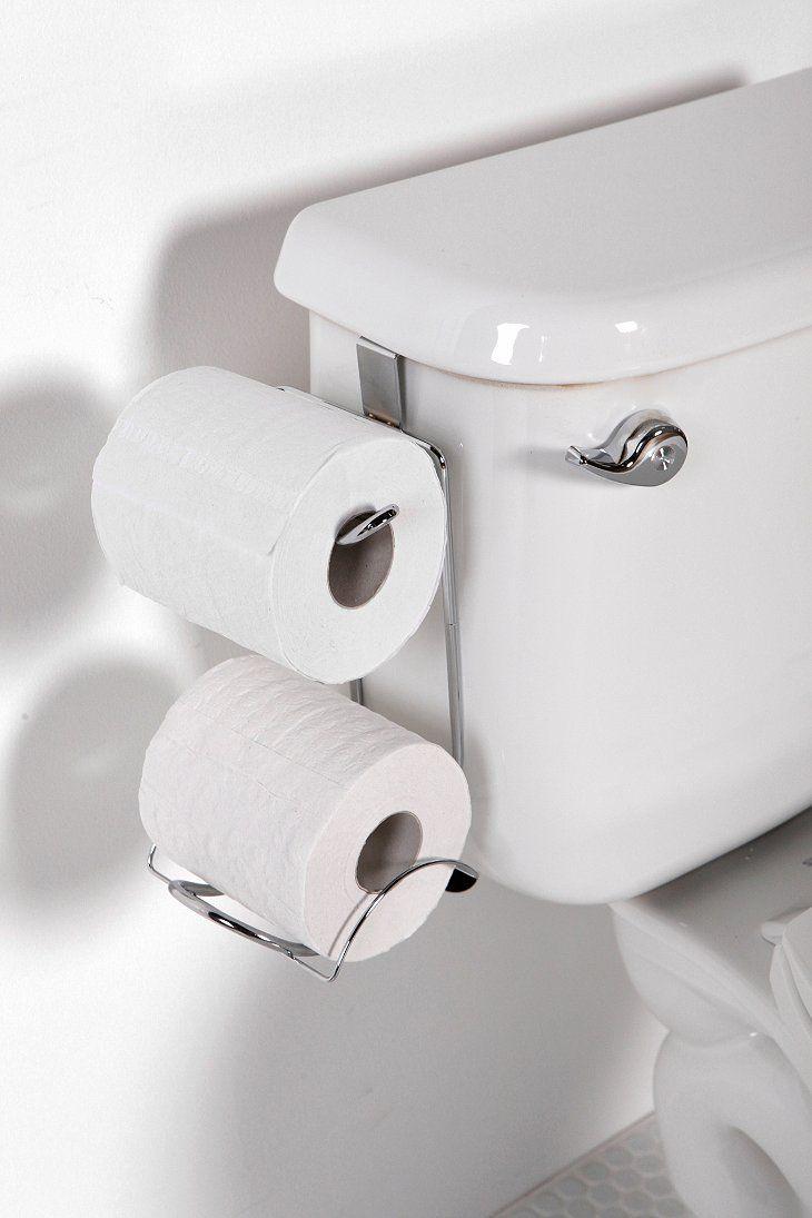Porta papel higiênico encaixado no tanque do vaso sanitário - ótima ideia para espaços pequenos