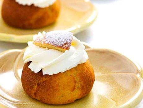 Glutenfria semlor à la LCHF  Glutenfria semlor som bakas på kokosmjöl och fiberhusk. Recept från kokboken Baka med LCHF.