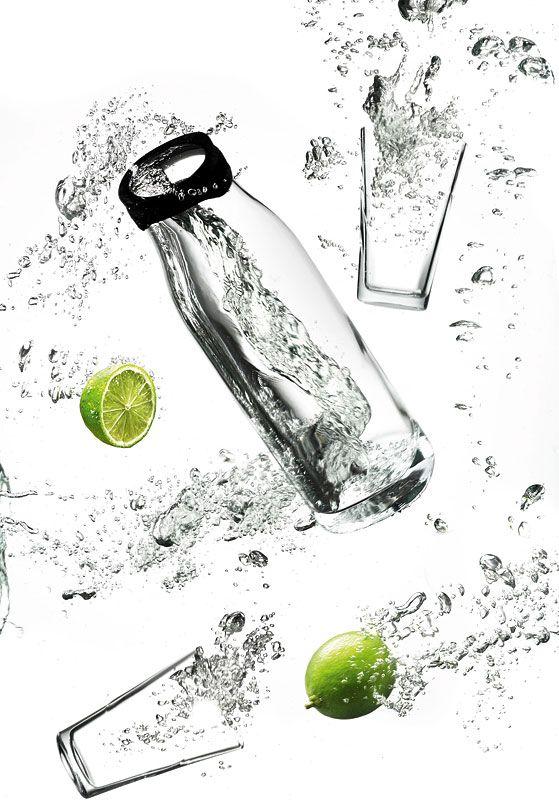 Zestaw karafka + 2 szklanki 300 ml (black) - designed by Jacob Wagner. Do wyboru w dwóch kolorach pokrywki: czerni i bieli. Fajny propozycja na wysmakowany prezent. #decosalon #carafe #menu #forwater #juice #designforkitchen #forhome #home  #woda #soki #menu www.decosalon.pl