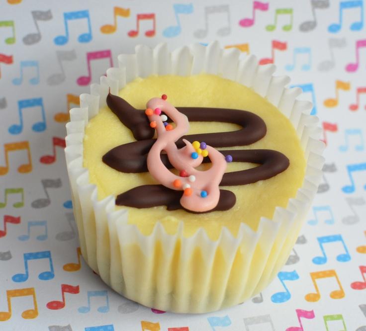 Easy and cute cupcake decorating idea!   Ideas para ...