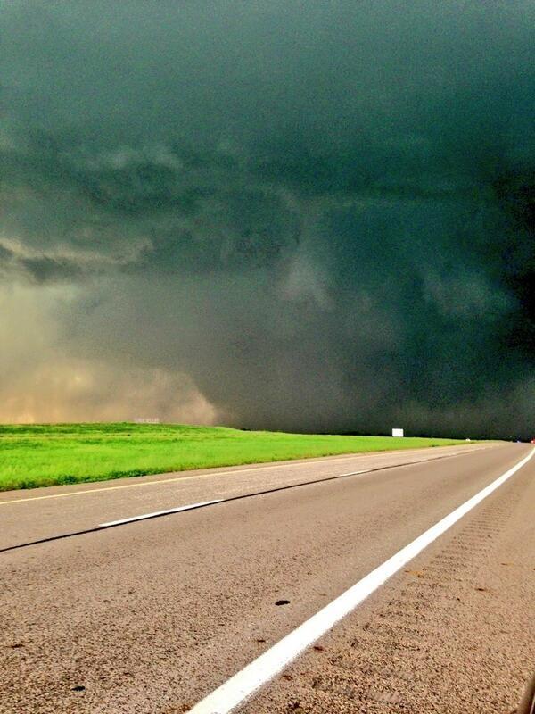 Kansas tornado pic from cheeseball (dogxmafia) on Twitter
