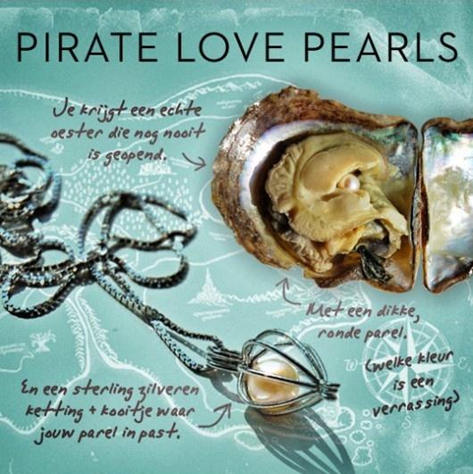 Back in town: Pirate love pearls €24,50  Dit mooie én spannende sieraad staat al jaren bovenaan menig verlanglijstje. Bestel nu, dan heb je dit perfecte cadeau al in de pocket en vis je straks niet achter het net. - by Applepiepieces