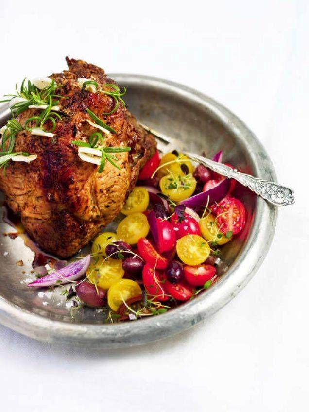 Skinkstek är billig mat och perfekt att bjuda på om man är många. Gör gärna flera små stekar och bjud på tillsammans med en tomatsallad, ett gott bröd och någon färskost. Perfekt som helglunch eller söndagsmiddag med rostade potatisar.