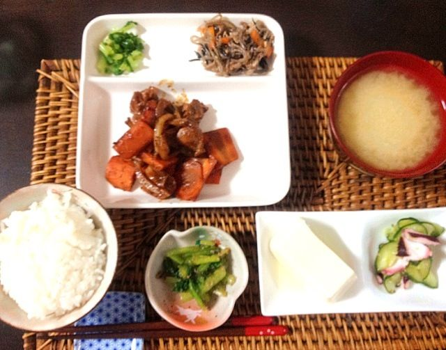 夕ご飯:鶏もも肉の味噌だれ炒め(人参、玉ねぎ)、小松菜の胡麻和え、じゃがいものお味噌汁、冷や奴、白米。プラス昨日のおかずも(*´ェ`*) - 7件のもぐもぐ - 夕ご飯:鶏もも肉の味噌だれ炒め(人参、玉ねぎ)、小松菜の胡麻和え、じゃがいものお味噌汁、冷や奴、白米。プラス昨日のおかずも(*´ェ`*) by piyoko