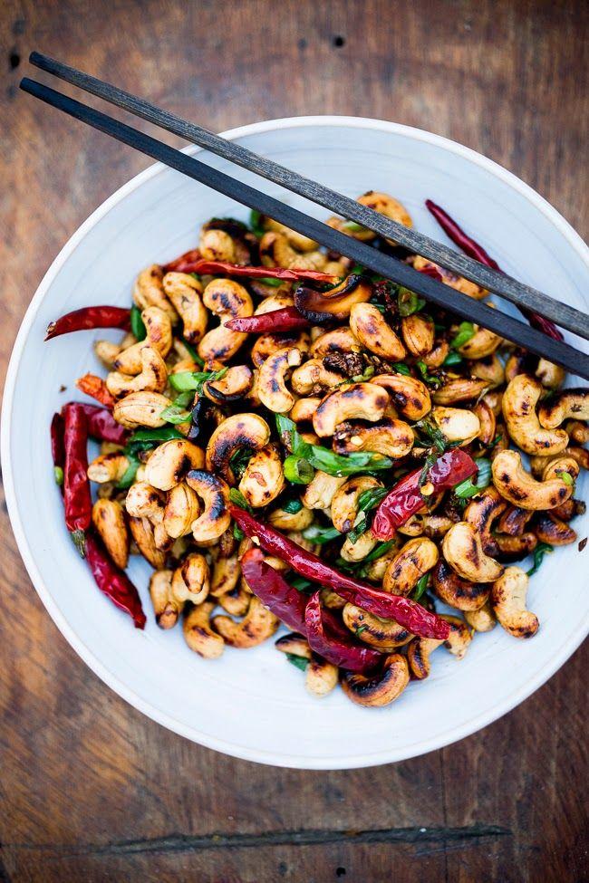 Marañones tostados en el wok con cebollines, chiles y semillas de sésamo.