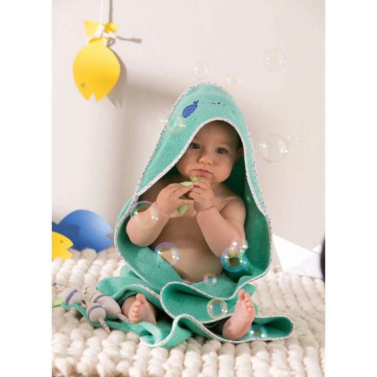 Une jolie cape pour garder le bébé bien au chaud, même après le bain.