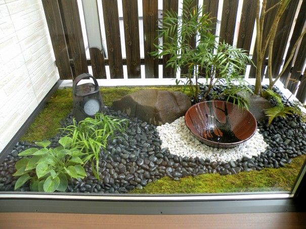 Small space japanese style garden gardens and water for Balcony zen garden ideas