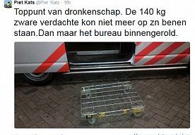 13-Oct-2014 8:30 - MAN DRONKEN POLITIEBUREAU BINNENGEROLD. Toppunt van dronkenschap: een 140 kilogram wegende verdachte kon niet meer op zijn benen staan en dus is de man het politiebureau binnengerold. Dat twitterde brigadier van de Rotterdamse politie Piet Kats zondagavond.  Wat de man precies gedronken heeft en hoe het nu met de man is, is niet duidelijk.