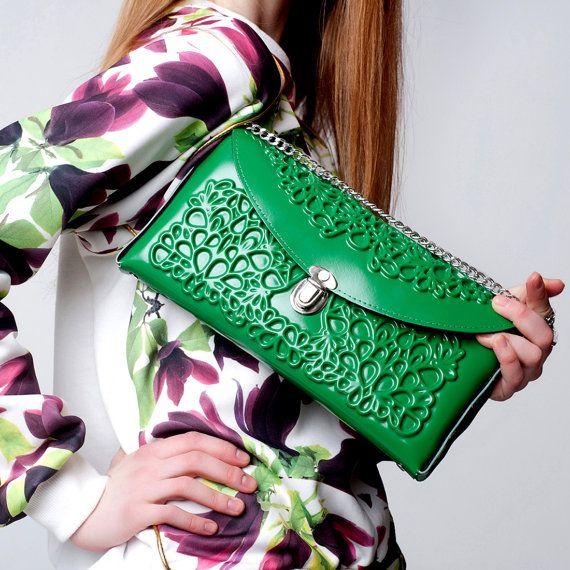 High-end vegan handbags: MeDusa Green Purse  An exclusive vegan handbag designer from Tel Aviv, Israel #medusaveganhandbags #bestveganhandbags #veganhandbagcompanies #veganhandbagdesigners #veganhandbagscrueltyfree #bestgiftsvegan #vegangiftsonline