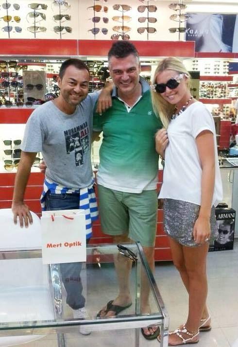 Pop müziğinin ünlü yıldızı Serdar Ortaç ve nişanlısı Chloe Loughnan,  gözlük alışverişinde Türkiye'nin yıldızı olan markamızı tercih etmeleri mutluluğumuz oldu..