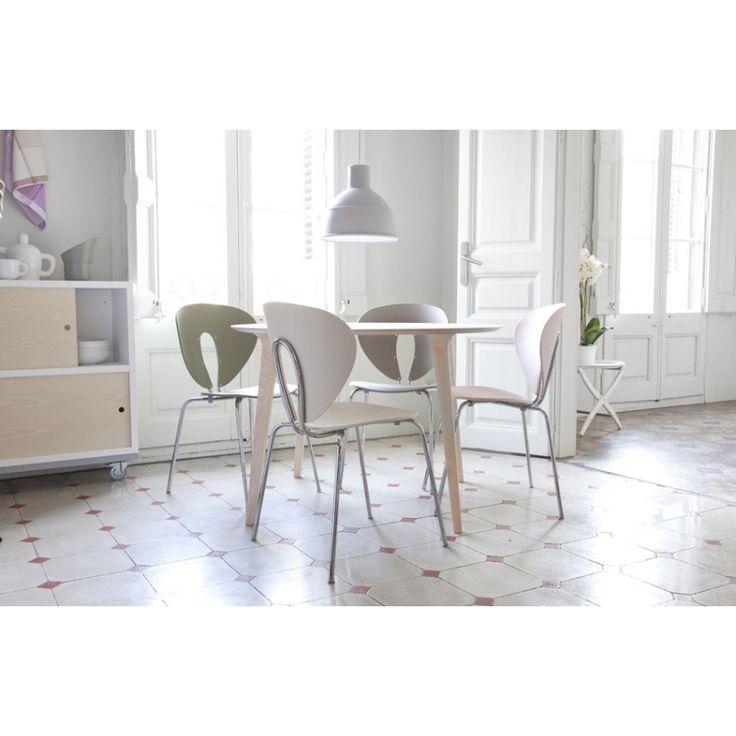 Silla Globus, Stua  La inconfundible silla Globus de Stua es una silla ligera y acogedora que se fabrica en multitud de acabados. Resulta una silla especialmente cómoda gracias a las curvas del respaldo que recogen la espalda y además ocupa poco espacio y es muy fácil de mover por el hueco en su respaldo. Sus originales formas hacen que esta silla sea fresca y ligera.