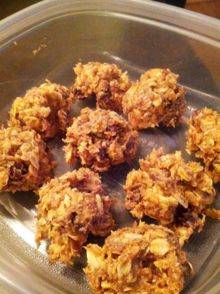 These no-bake peanut butter energy balls are delicious and EASY! Just mix oats, peanut butter, chocolate chips, honey, flax seed, and vanilla. A healthy sweet treat.
