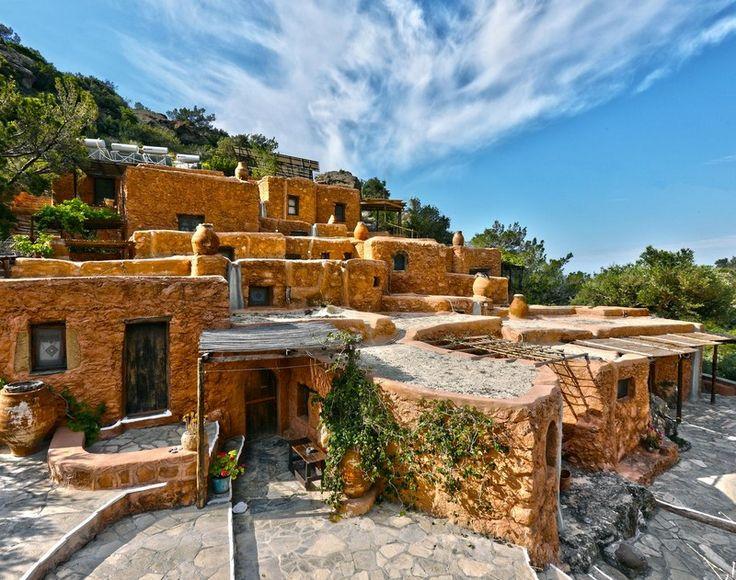 Γυρίσαμε την Κρήτη κι ανακαλύψαμε πολυφωτογραφημένα ή άγνωστα χωριά, δίπλα στο κύμα ή στη ρίζα του Ψηλορείτη. Σε όλα αφήσαμε ένα κομμάτι του εαυτού μας με την υπόσχεση να ξαναπάμε.