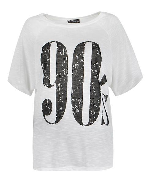 Bluzka o luźnym fasonie, krótkim rękawem i okrągłym dekoltem. Przód bluzki ozdobiony czarnym nadrukiem cyfry 90s.