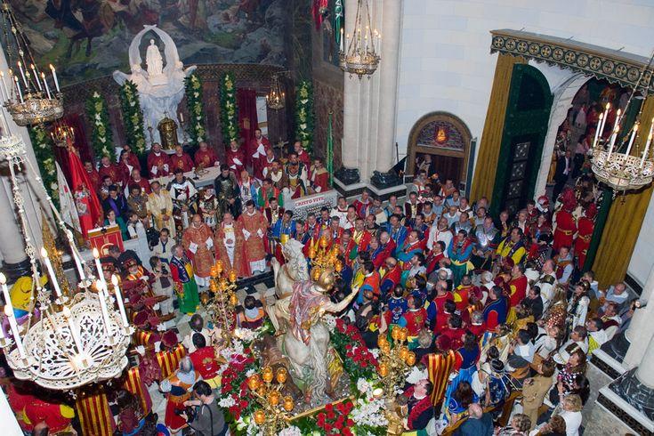 El Día de San Jorge con sus procesiones tanto matutinas como vespertinas, en las que admirar con más detenimiento los fastuosos trajes de los principales actores de la fiesta. #Alcoy #Alcoi #MorosyCristianos