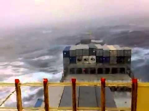 """Άγρια κύματα """"καταπίνουν"""" πλοίο στον ωκεανό"""