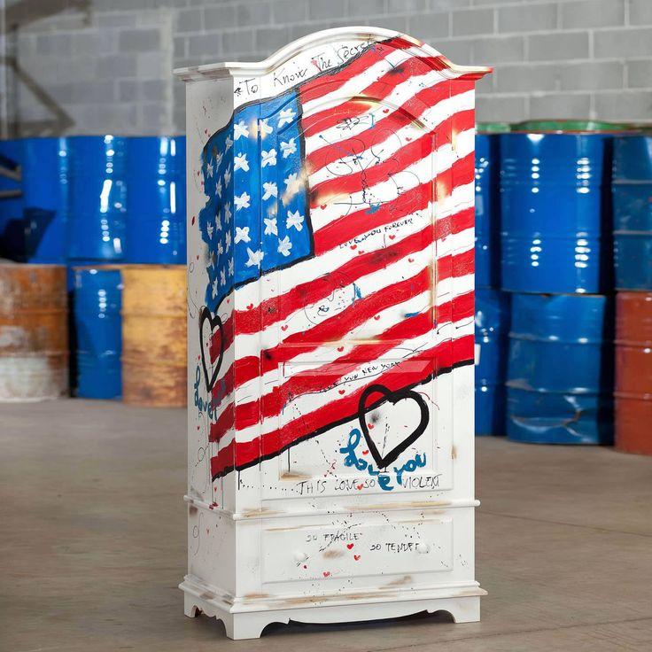 Armadio a un'anta e un cassettoin legnostile country, decorato con bandiera americana. Finito a mano e prodotto in Italia da Castagnetti 1928.
