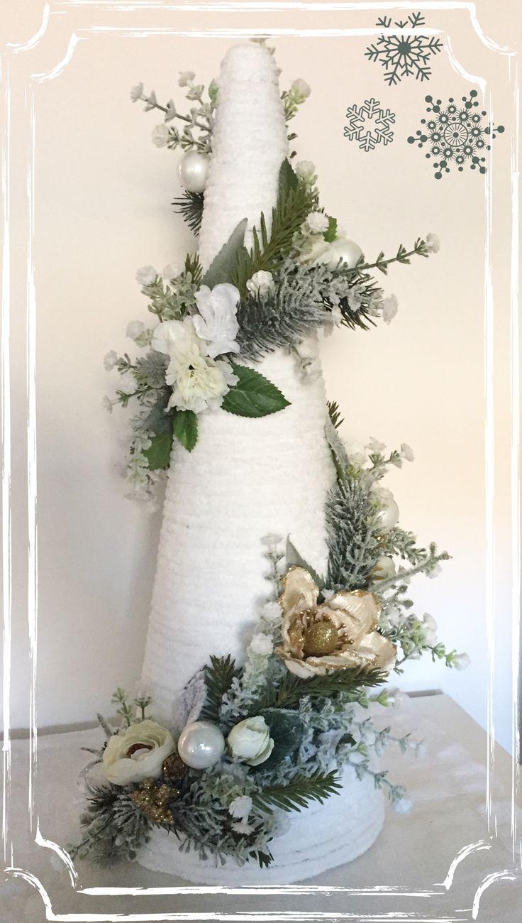 Alberello di Natale realizzato con cordoncino di ciniglia, fiori artificiali e palle di Natale.