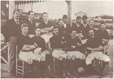 Arriba, de izquierda a derecha: Alberto Serra, Brown, Pownall, Morris (Enrique), Wilson, Morris (Samuel) y Hallam. Sentados: Parsons (John), Parsons (William), Sloon, Reeves y Bruger. Foto del primer Foot-ball Club Barcelona (1894/1895 en el velódromo de la Bonanova). Procedencia: Maluquer, Alberto (1949): Cincuenta años del F. C. Barcelona. M. Arimany, Barcelona, p. 32.