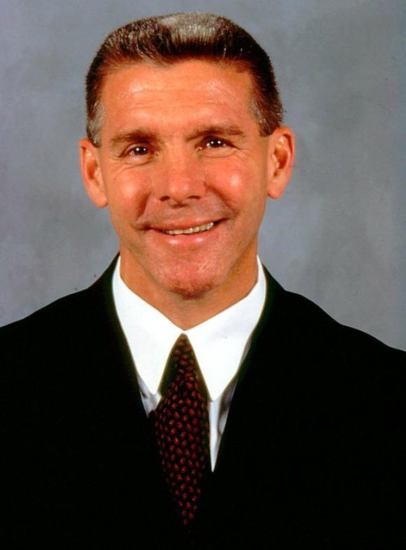 Réjean Houle : Le 21 octobre 1995, Réjean Houle est nommé directeur général du Club de hockey Canadien en remplacement à Serge Savard. Inexpérimenté, sa première grande épreuve survient lors de l'échange le plus médiatisé de l'histoire des Canadiens qui envoi Patrick Roy à l'Avalanche du Colorado. Pendant son passage à Montréal, Houle a aussi échangé quelques-uns de ses joueurs vedettes tels Mark Recchi, Vincent Damphousse et Pierre Turgeon.