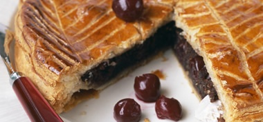 Galette des Rois chocolat-cerises _ http://www.cuisineaz.com/dossiers/cuisine/recettes-galettes-des-rois-5350.aspx
