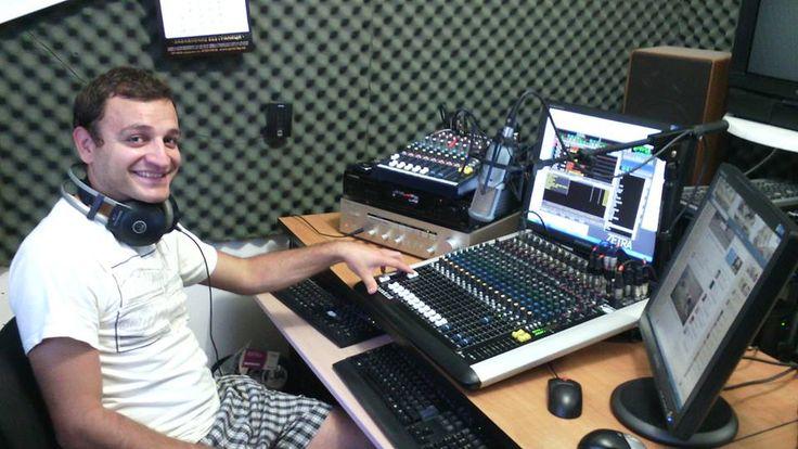 """Радио Гама стартира на 20 септември 1999 г. с програмен формат AC и слоган: """"Най-добрата музика през целия ден"""". Радиото излъчва от град Видин има покритие в областите Видин, ЛОМ, Монтана и региона на честота 96.7 МХц УКВ."""