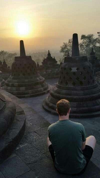 CEO Facebook, Mark Zuckerberg menikmati sunrise di Candi Borobudur.Indonesia. Okt 2014.