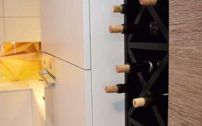 Widok na kuchnię i półkę do przechowywania wina.