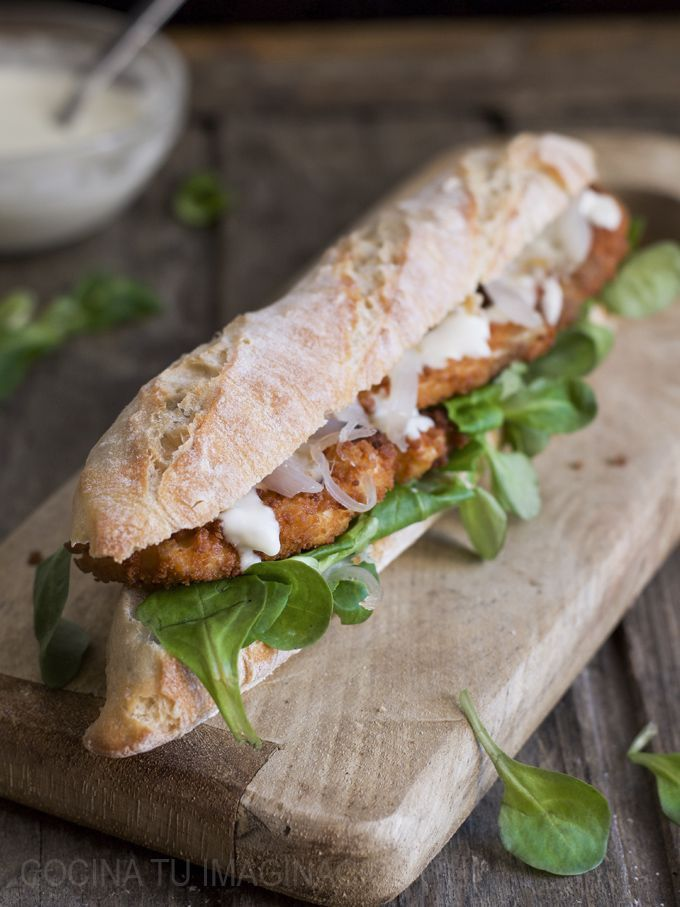 Breaded chicken sandwich, candied onion and cream cheese - APERITIVOS - Gourmet Sandwiches, Panini Sandwiches, Toast Sandwich, Sandwich Recipes, Great Recipes, Healthy Recipes, Tacos And Burritos, Deli Food, Breaded Chicken