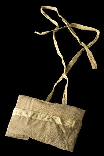 Para proteger os soldados de ataques com gás, o Exército britânico distribuía máscaras grosseiras e pouco eficientes, como a da foto, segundo o Museu de Ciência da História da Medicina. Diante disso, o fisiologista John Scott Haldane estudou novos modelos, que pudessem impedir danos às vias respiratórias. Haldane conseguiu identificar o gás cloro como um dos usados pelos alemães nas batalhas, mas também eram usados o gás mostarda e o fosfogênio