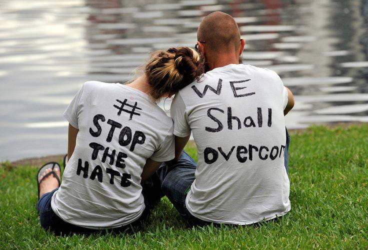 Ένα ζευγάρι παρακολουθεί στη λίμνη Εόλα του Ορλάντο της Φλόριντα μια αγρύπνια εις μνήμη των συμπολιτών τους, θυμάτων της μαζικής δολοφονίας σε γκέι κλαμπ της πόλης τους.