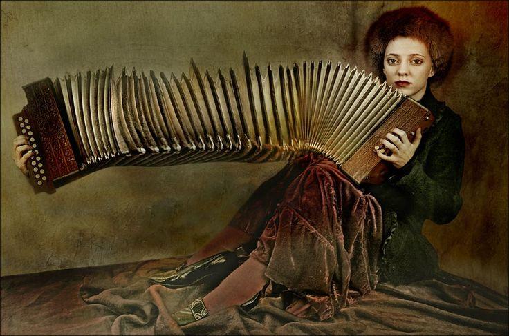 Fuera de la música, todo, incluso la soledad y el éxtasis, es mentira. Ella es justamente ambos, pero mejorados.  Emil Michel Cioran