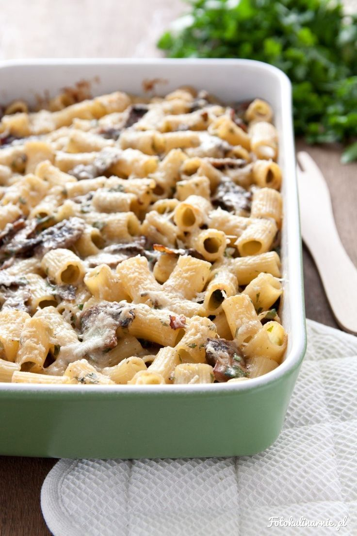 Prosta i szybka zapiekanka z makaronu, pieczarek i sosu beszamelowego, ze sporą ilością zielonej natki pietruszki.