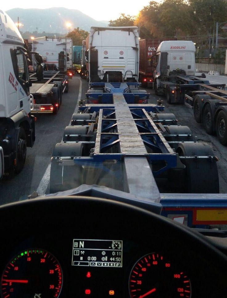 #LaSpezia. #Porto. Le lunghe attese degli autotrasportatori ai semafori della Galleria Subalvea e dell'accesso al Terminal Contship continuano, malgrado le segnalazioni. Una situazione di #disagio che #Confartigianato e #CNA non vogliono più tollerare.
