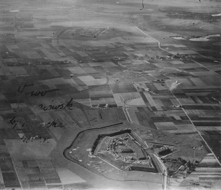 Lata 1914-1918 , Fort VI - Okęcie (u dołu) i Fort V - Włochy (u góry) na fotografii lotniczej z okresu I wojny światowej.