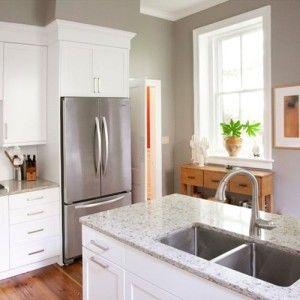 Grijze keuken door grijze muur