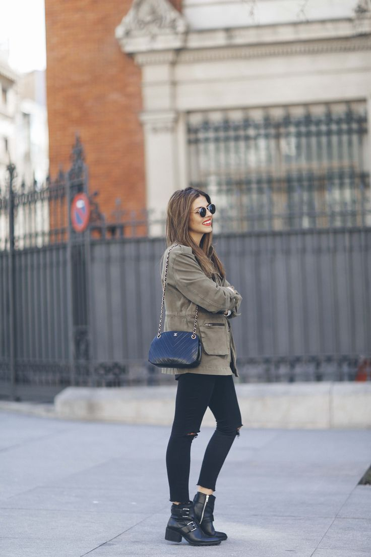 We would 100% wear Natalia Cabezas' military style! Pair a khaki jacket with black ripped jeans and chunky leather bots to get this awesome winter feel. Parka: Anine Bing, T-shirt/Jeans: Zara, Boots: Mango, Bag: Chanel vintage.
