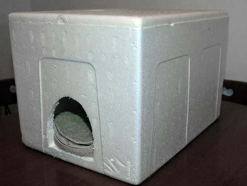 Outdoor shelter for cats made from a cooler....http://www.petresearch.net/content/building-affordable-outdoor-cat-house#