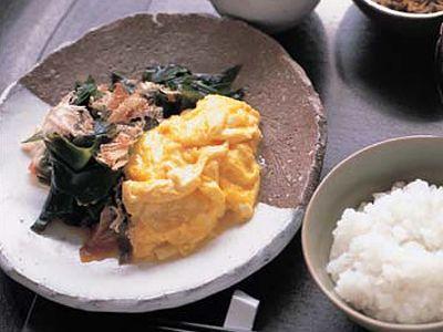 有元 葉子さんの卵を使った「卵とわかめの炒め物」のレシピページです。炒めれば、わかめがたっぷり食べられます。味は最後にかけるしょうゆだけ。卵は溶きすぎずにふんわり仕上げます。 材料: 卵、わかめ、削り節、ごま油、しょうゆ