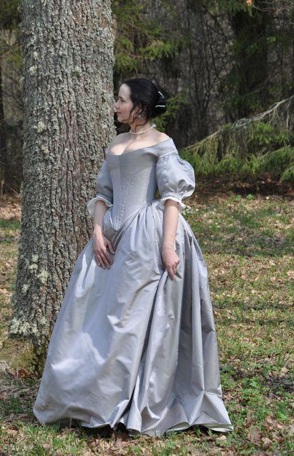 Oh mon dieu mais cette robe !  et ça à l'air diablement compliqué en plus...  Before the Automobile: 1660's dess
