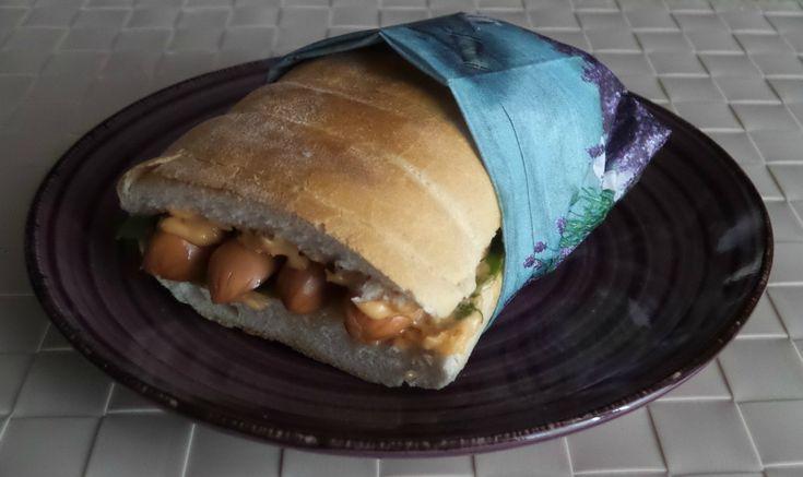Il panino con wurstel di salmone affumicato è proprio sfizioso e si prepara davvero in un attimo con pochissimi passaggi.